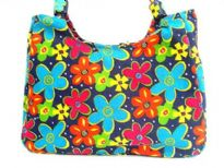 Flower accentuated beach bag made with double shoulder straps and an inside zipper closure.  Made of 100% Cotton.