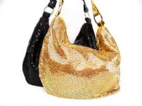 Metal mesh shoulder bag. Top zipper closing. It has single handle.