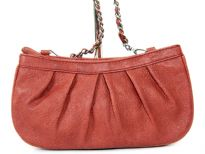 Fashion handbag has a top zipper closure, a chain shoulder strap and a floral print pattern. Made of PU (polyurethane).