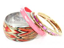 Abstract print on the wide cuff bangle of this 5 piece fashion bangles set gives that unique touch. Also included 2 thin gold bangles, 1 thin pink bangle with gold stripes & 1 pink patterned resin bangle. Hand crafted by expert artisans in India.